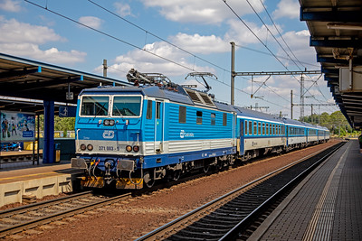 371 003-5 eases into Praha Smichov with the 14.45  Praha hl.n. – Cheb on 10th July 2019.