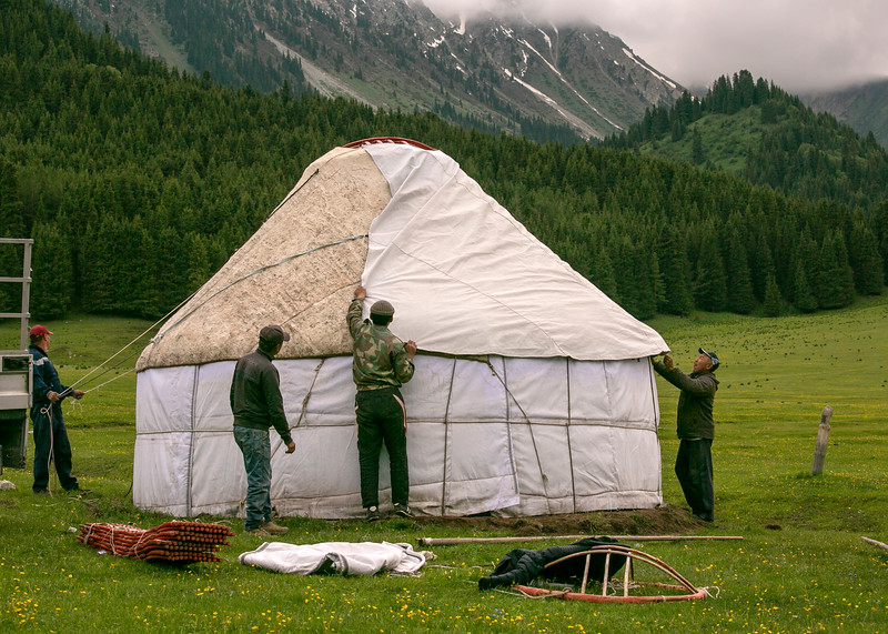 Erecting a yurt on site