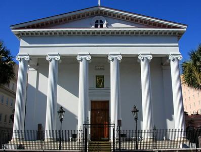 Das ist eines jeder Gebäude, die mir am besten gefallen haben: Greek Revival Style mit amerikanischer Flagge und Palmen - eine wunderbare Kombination. Wie die meisten dieser hochtrabenden Gebäude hat auch dieses eine öffentliche Funktion.