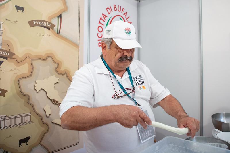 La mozzatura della mozzarella di bufala
