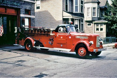 CHICAGO FD  ENGINE 117   PIRSCH  1000-0  OFFICERS SIDE     DON FEIPLE PHOTO
