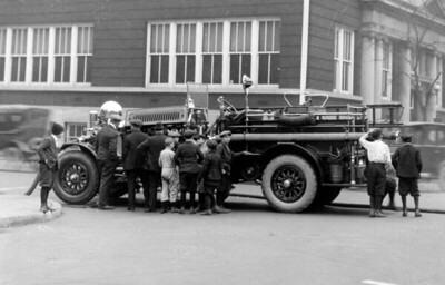 CHICAGO FD  ENGINE  AHRENS FOX  UNKNOWN COMPANY PUMPING   WITH KIDS AROUND   PHOTO 2