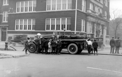 CHICAGO FD  ENGINE  AHRENS FOX  UNKNOWN COMPANY PUMPING   WITH KIDS AROUND   PHOTO 1