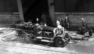 CHICAGO FD  ENGINE  AHRENS FOX  UNKNOWN COMPANY PUMPING   PHOTO 2