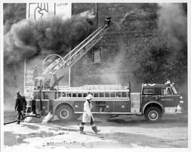 CHICAGO FD  2-11  TRUCK 2  SETTING UP AT A FIRE ON SOUTH WABASH   1981   DAVE BERGER PHOTO