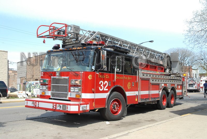 CHICAGO LADDER 32 - 2002 PIERCE DASH 100'