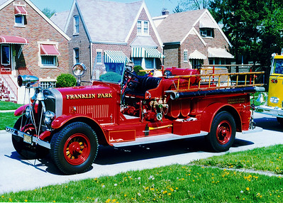FRANKLIN PARK  ENGINE 1   1927 PIRSCH  750-300   AT STICKNEY PARADE