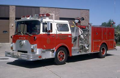 ARLINGTON HEIGHTS FD  ENGINE 411  1975 MACK CF - 1985 MARION   1000-500    CF686F15-1090    GARY KADZ PHOTO