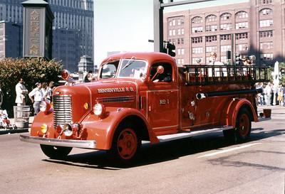 BENSENVILLE FD    ENGINE 1  1942  PIRSCH 21    500-150   #1262    CHICAFO PARADE