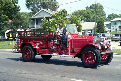 ELGIN FD   ENGINE 1  1927 ALF   1000-150    PRIVATE OWNER  PARADINING IN LOCKPORT     BILL FRIEDRICH PHOTO