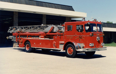 LAKE FOREST FD  LADDER SEAGRAVE