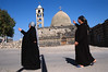 Chrétiennes devant une petite église de l'agglomération d'Ezraa. Syrie