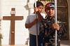 Jeunes chrétiens portant des bannières à l'occasion de la fête de l'Exaltation de la croix. Syrie