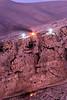 Chrétiens rassemblés entre deux croix lumineuses et autour d'un feu allumé sur une falaise dominant Maaloula à l'occasion de la fête de l'Exaltation de la croix. Syrie