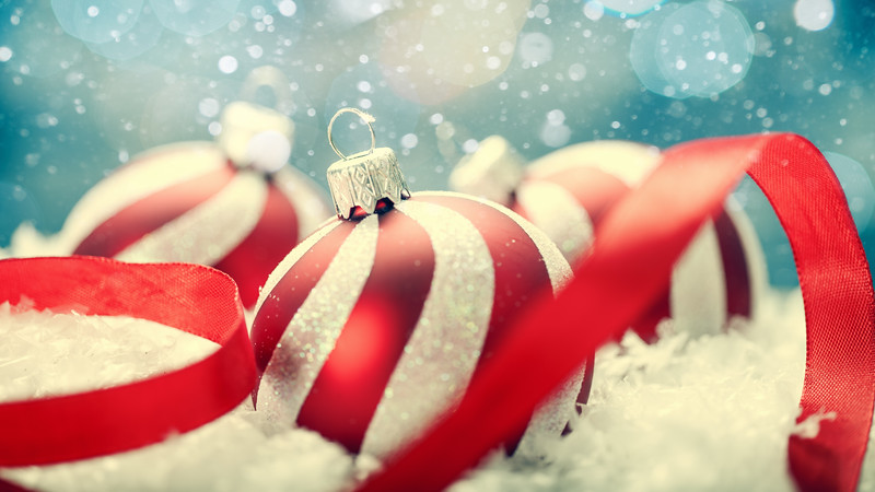 Beauty Xmas banner with striped decoration ball and snow