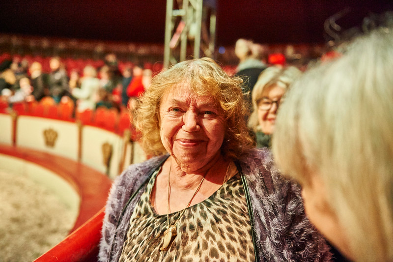 Haddy og Solveig Enoch genrejste cirkus Dannebrog i 1977. Efter Haddys død i 2009, er det hans enke, cirkusdronningen, der har siddet på tronen omgivet af sine fire børn og arvinger: Agnete Louise, Dennie, Isabella og Katja. Da var tom, begyndte hestene at bides...cirkustemperamenterne gnistrede, men nu har de talt ud og fundet sammen omkring den betrængte cirkus igen. Og i næste sæson gælder det 40 års jubilæet for den sidste epoke, men faktisk rækker Dannebrogs historie 140 år tilbage.