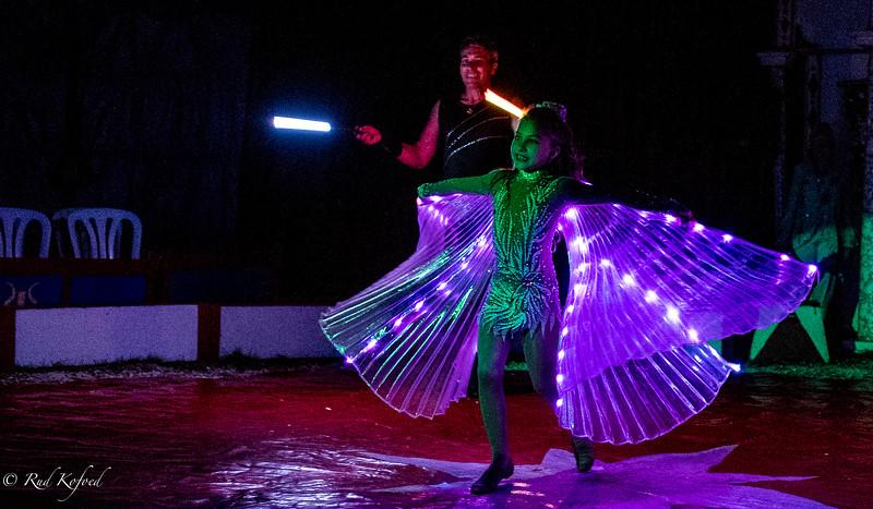 Farverne skifter hele tiden, mens den lille cirkusprinsesse danser rundt...