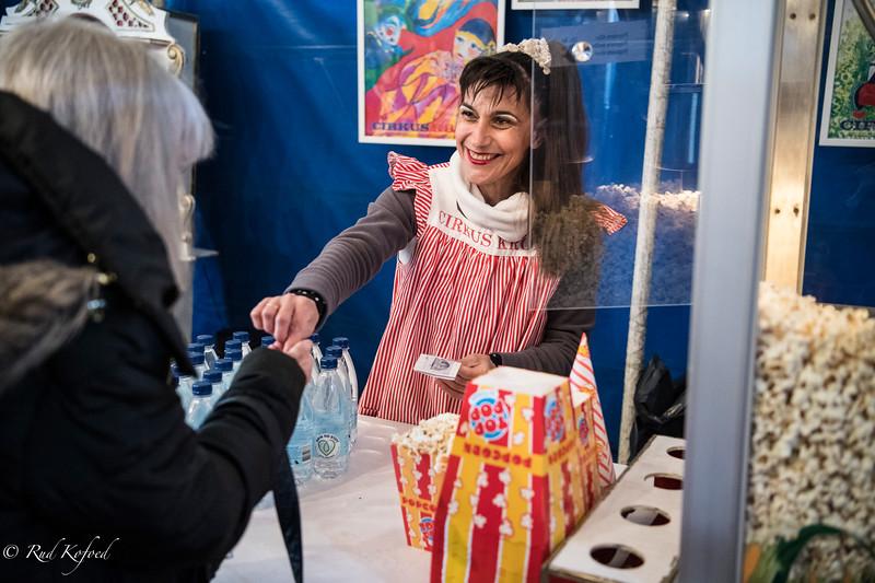 Popcorns-sælgeren er den bulgarske artist Veselka, der giver store smil med i købet
