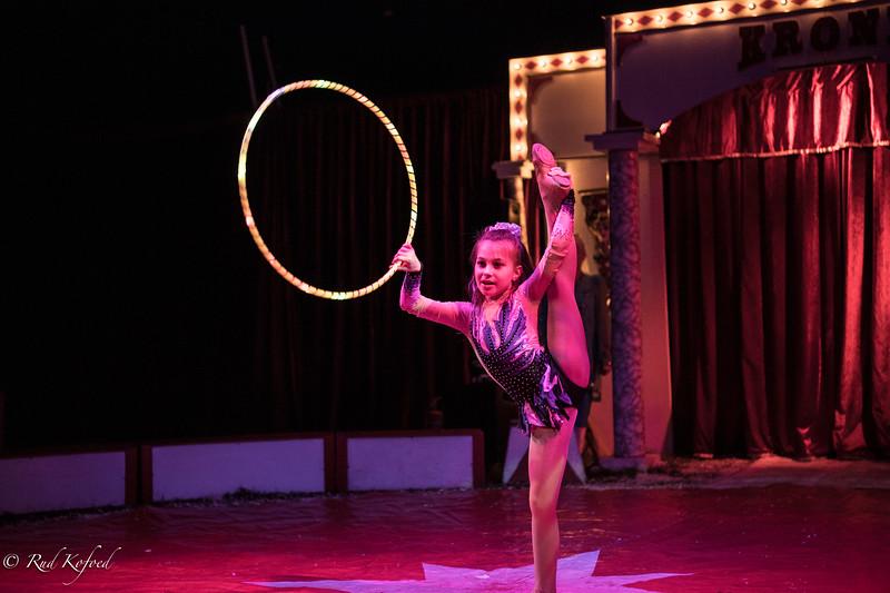 Veselka og Nedyalkos datter kan også det med hulahop-ringe og ballettrin