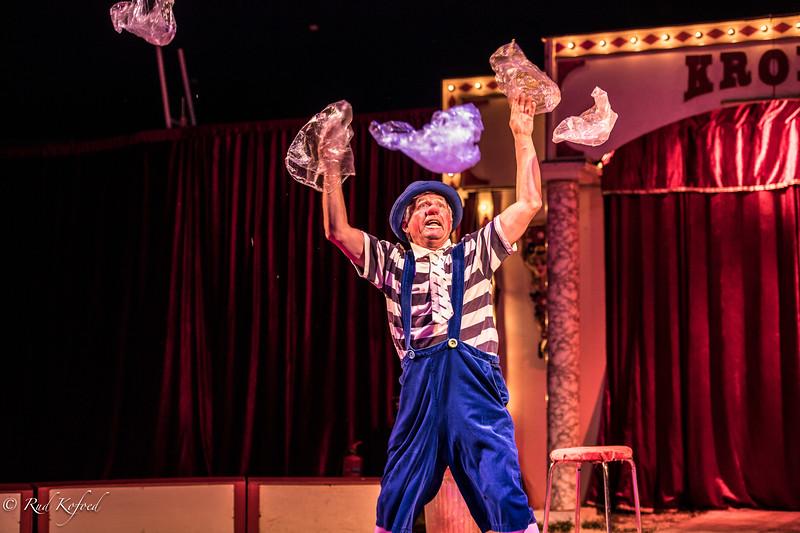 Selv et par plasticposer kan Allando få cirkus-poesi ud af...