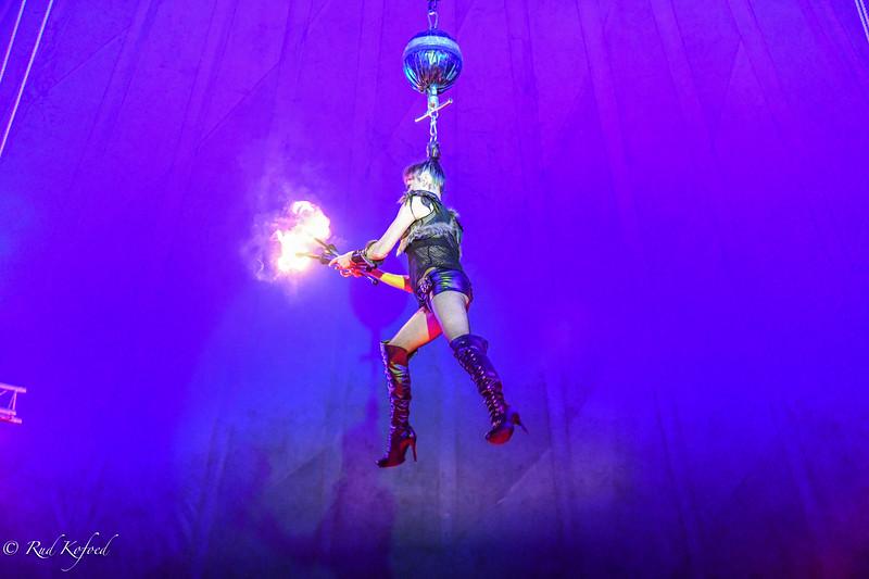 En ophængt Fina klar til at jonglere med tændte fakler...