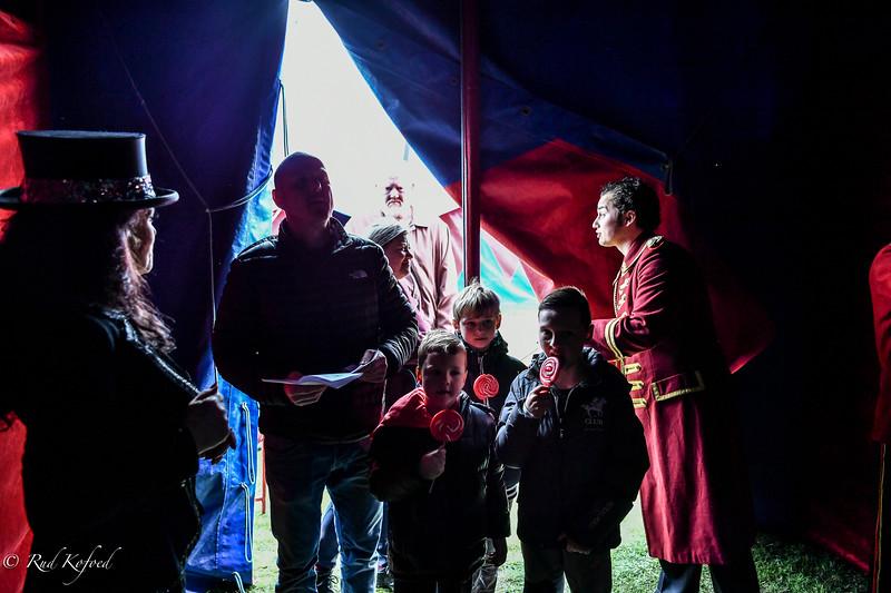 Publikum modtages af sprechstallmeister Judy Glosted og jongløren David Sosman, søn af cirkusdirektøren Isabella Enoch Sosman