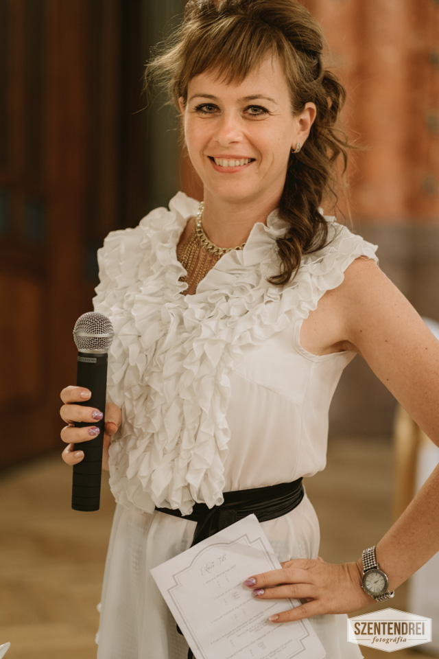Esküvői totó játék közben, Kovács Kata Ceremóniamester :) Fotó: Szentendrei Antal