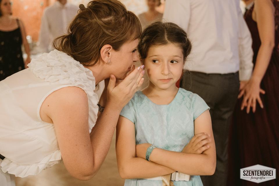 Épp egyeztetünk a Menyasszonyrablásról ;) Ezen az esküvőn a gyerekek rabolták a Menyasszonyt ;) Persze mindent titokban, és minden apró részletet megbeszélve ;) Fotó: Szentendrei Antal