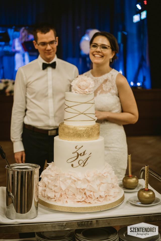 A gyönyörűséges menyasszonyi torta! Igazán bámulatos! :) Ha megfigyelitek, mellette két aranyalmába volt tűzve a két tűzijáték. Az almákat természetesen a Menyasszony készítette. Fotó: Szentendrei Antal