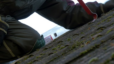 3386_Close_up_look_of_the_roofer_getting_off_the_nails.mov