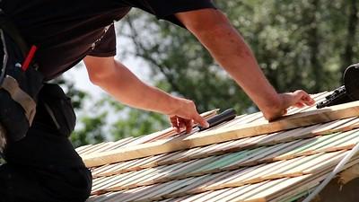 866_Roofers_installing_cedar_wooden_shingle_roof_