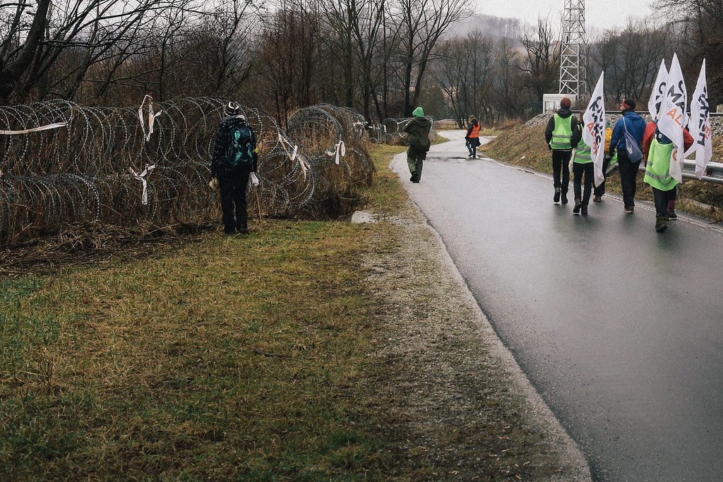 The group reached the fence along the border with Croatia.