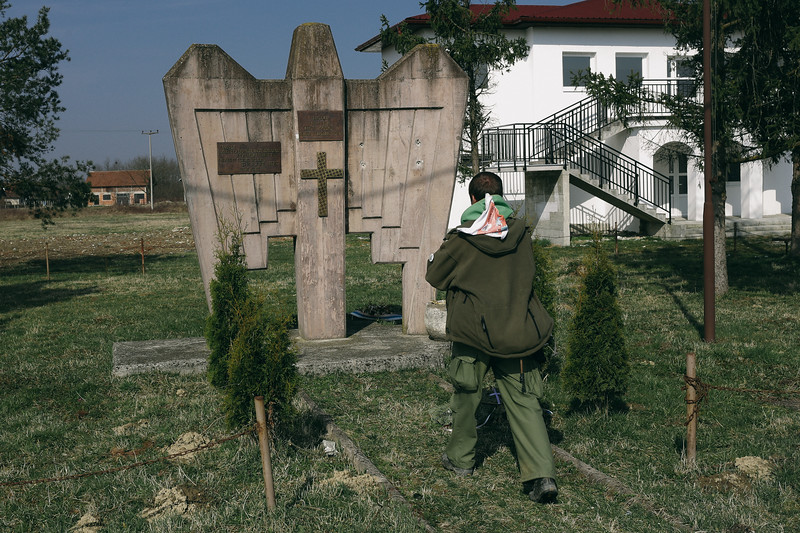 Ryszard (Poland) taking a photo of a monument commemorating Serb soldiers who died to fight in the Balkan war. There is no sign, nor a commemoration of the camp founded by them.