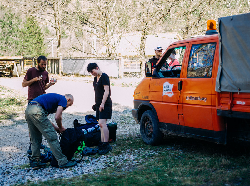 Antoine showing to Robin how to efficiently pack the backpack during the launch break. Kotroman, Serbia.