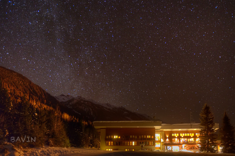 Bobbie Burns lodge under a starry night