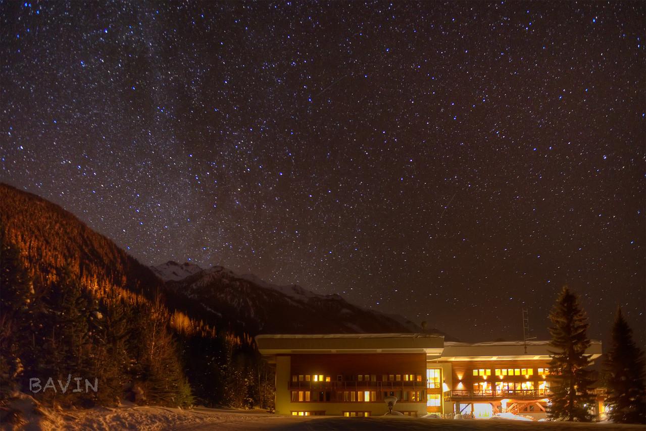 Bobbie Burns lodge under a starry night