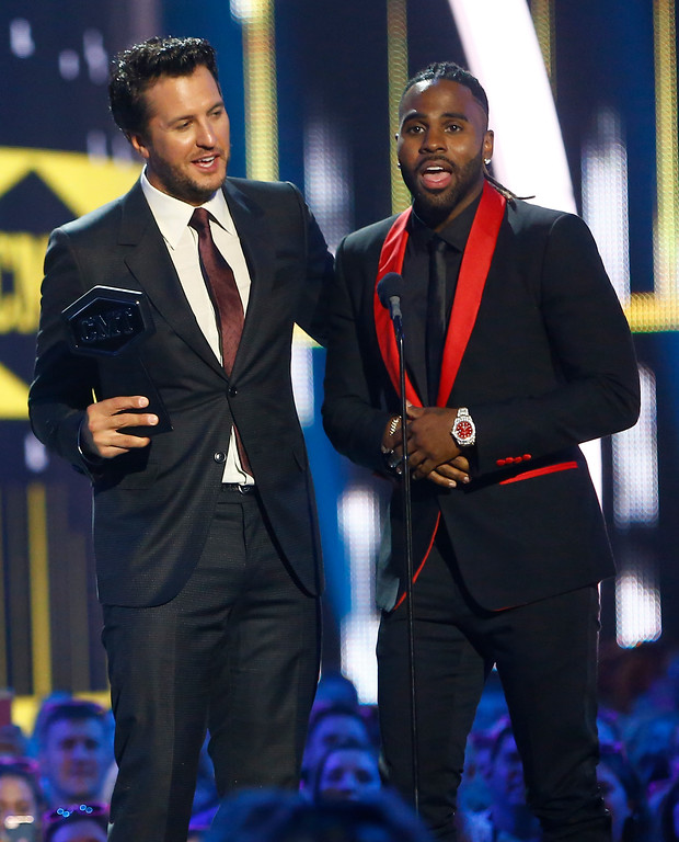 ". Luke Bryan, left, and Jason Derulo accept the award for CMT performance of the year for ""Want To Want Me\"" at the CMT Music Awards at Music City Center on Wednesday, June 7, 2017, in Nashville, Tenn. (Photo by Wade Payne/Invision/AP)"