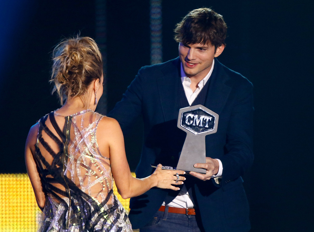 . Ashton Kutcher, right, presents the award for collaborative video of the year to Carrie Underwood at the CMT Music Awards at Music City Center on Wednesday, June 7, 2017, in Nashville, Tenn. (Photo by Wade Payne/Invision/AP)