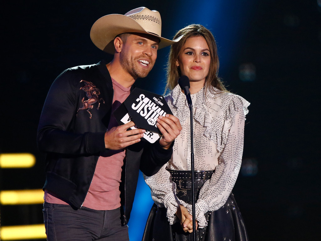 . Dustin Lynch, left, and Rachel Bilson present the award for group video of the year at the CMT Music Awards at Music City Center on Wednesday, June 7, 2017, in Nashville, Tenn. (Photo by Wade Payne/Invision/AP)