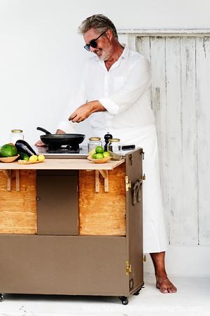 BRESIL. THIERRY TEYSSIER LE CREATEUR DE 700 000 HEURES  LE PREMIER HOTEL ITINERANT DU MONDE INVESTIT PENDANT 6 MOIS LES DUNES DU LENCOIS MARAHNESE.  Ici portrait de Thierry Teyssier cuisinant dans la Beach house de 700 000 heures sur la plage du village d Atins
