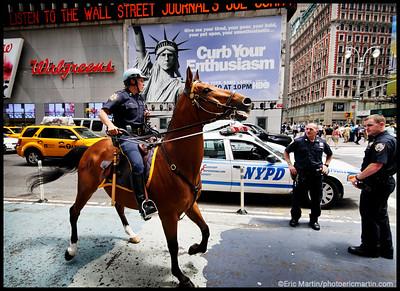 NEW YORK LA VILLE QUI NE DORT JAMAIS. 24 HEURES EN 24 PORTRAITS. L'AGENT PURLETZ PATROUILLE À CHEVAL À L'ANGLE DE LA 7 AVE (FASHION AVENUE) ET DE LA 42 ST