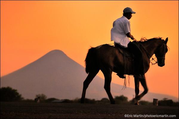 NICARAGUA. SUR LA ROUTE DE LEON AVEC AU FOND LE VOLCAN MOMOTOMBNO