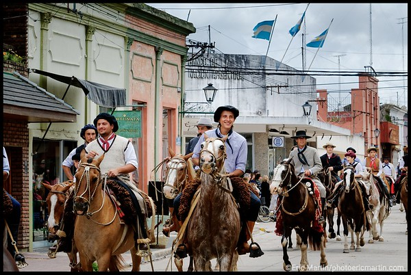 ARGENTINE. SAN ANTONIO DE ARECO. LE DERNIER JOUR DE LA LA FÊTE DE LA TRADITION TOUS LES GAUCHOS DÉFILENT DANS LES RUES DE LA VILLE.
