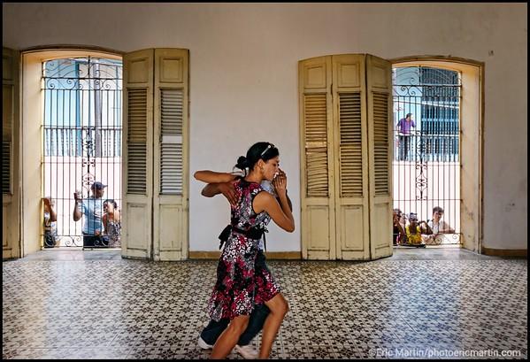 CUBA. SANTIAGO DE CUBA. CLASSE D INITIATION AUX DANSES DE CASINO COMME LE CHACHACHA, MAMBO, SALSA, DANZON. ICI, COURS DE SON