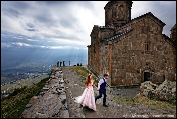 GEORGIE. Kazbegi (Stepantsminda). jeunes mariés russes en visite à l'église de la Sainte-Trinité de Guerguétie Tsminda Sameda