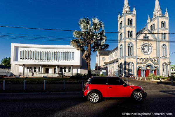 SURINAME. PARAMARIBO LA CAPITALE DU SURINAME. La cathédrale Saints-Pierre-et-Paul. L'un des plus hauts édifices en bois d'Amérique du Sud, siège du Diocèse de Paramaribo.