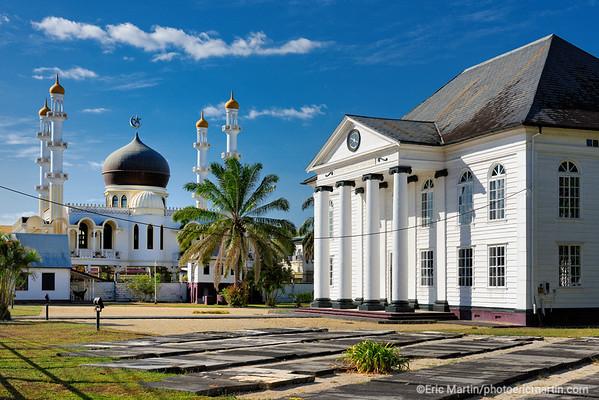 SURINAME. PARAMARIBO LA CAPITALE DU SURINAME. La grande mosquée de Paramaribo jouxte la synagogue Neve Shalom