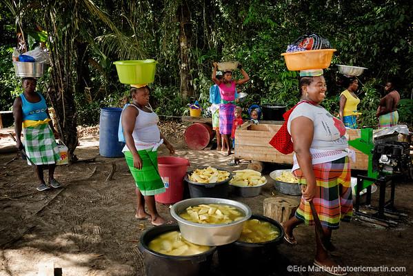 SURINAME. Des femmes Saramaca font trémper le manioc qu'elles ont récolté à l abattis.