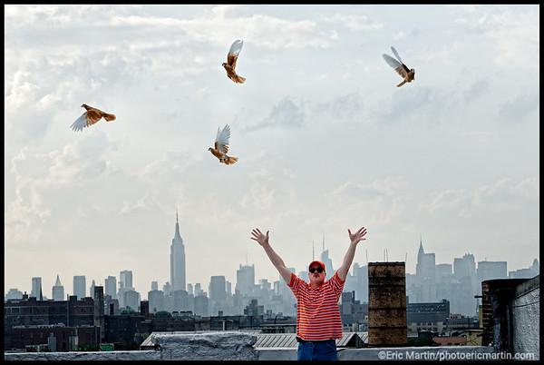 NEW YORK LA VILLE QUI NE DORT JAMAIS. 24 HEURES EN 24 PORTRAITS. WHITEY MARTIN COLOMBOPHILE SUR UN TOIT DE BROOKLYN.