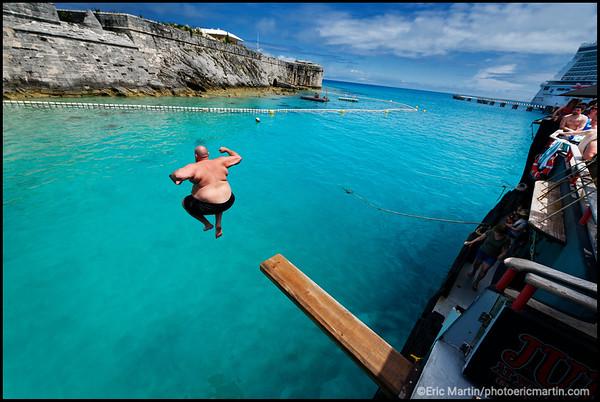 BERMUDES. Le plongeoir du bateau-bar Calico Jack's Floating Bar face à la Commissioner's House et aux remparts de la forteresse de la Keep Citadel